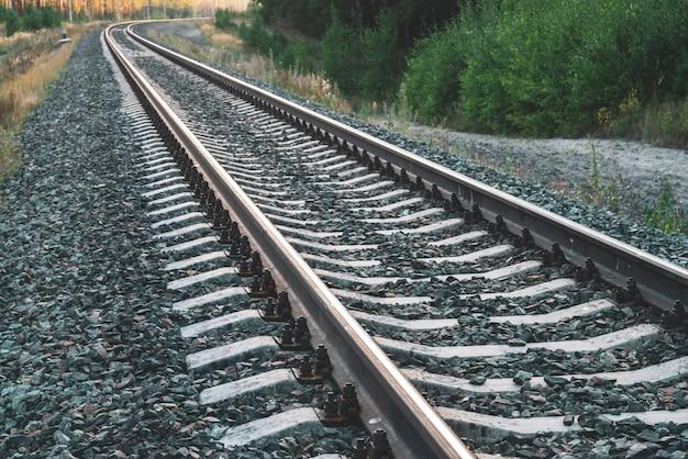 コピースペースを持つ斜めの鉄道の背景