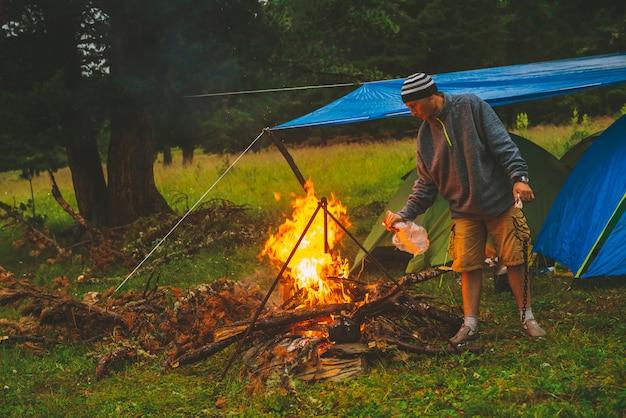 観光客は火を燃やします。