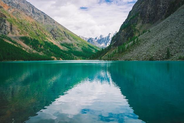 高地の山の湖で水を照らす