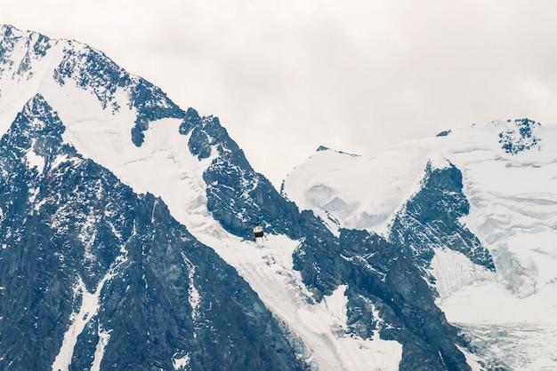 雪に覆われた山のピークのシーンに対して空気中のヘリコプター