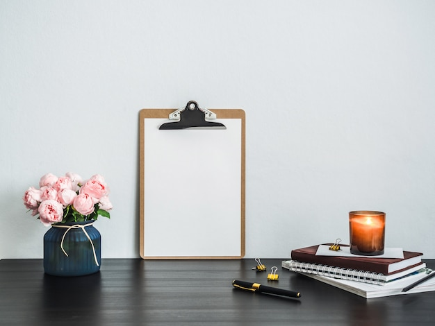 Буфер обмена с белой пустой страницы на столе