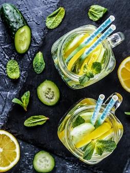 キュウリ、レモン、ミントのデトックス水