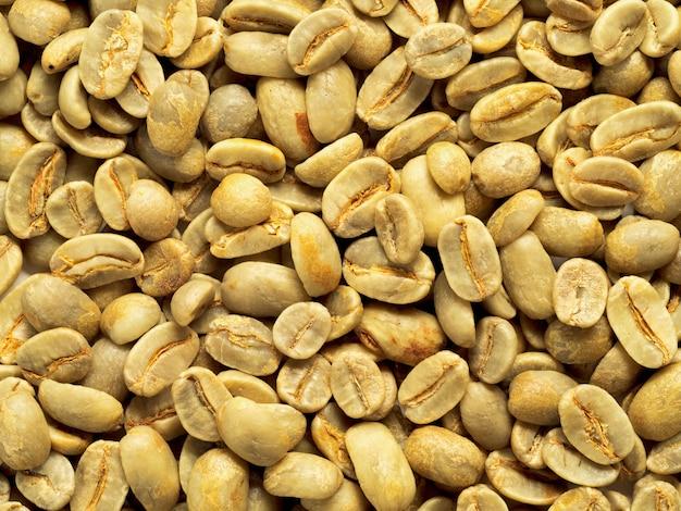 緑のコーヒー豆の背景のトップビュー