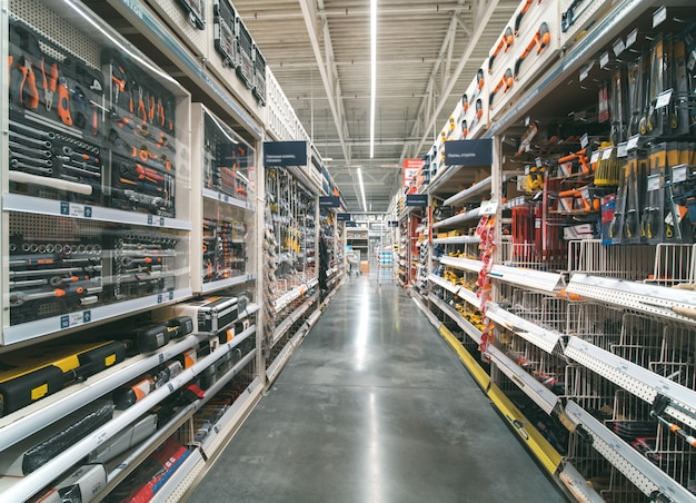 Склад прохода стройматериалов в промышленном магазине