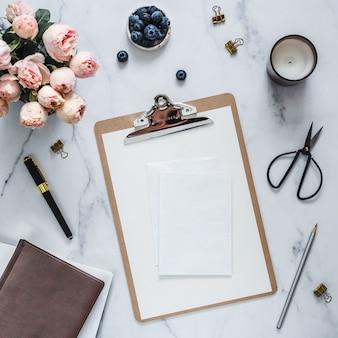 結婚式。空白のグリーティングカード、封筒でフラットレイアウト。