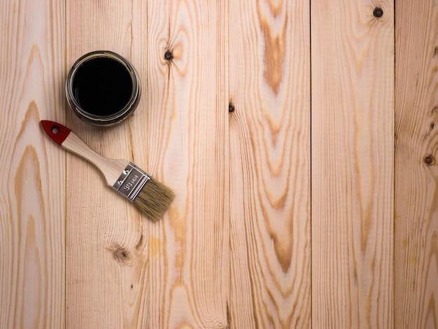 Пятно и кисть на деревянном фоне