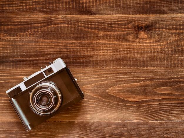 Изображение вида сверху старинной старой камеры на деревянном фоне стола. плоская планировка