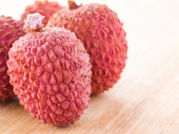 Плоды личи на деревянном столе крупным планом