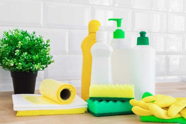 さまざまな表面用のクリーニングセット。クリーニング製品または家庭用クリーニングの概念。