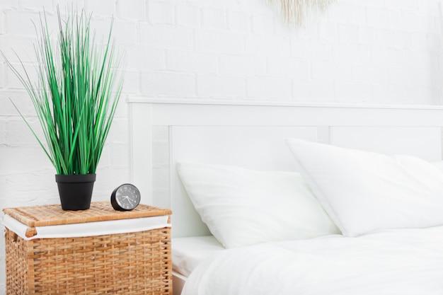 自宅のベッドの近くの目覚まし時計。おはよう概念。