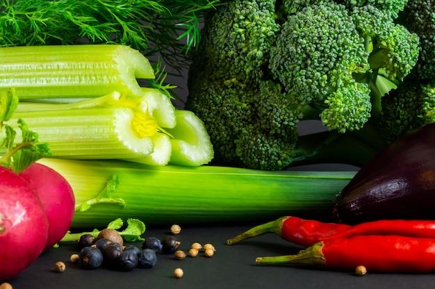 Свежие овощи на черном фоне