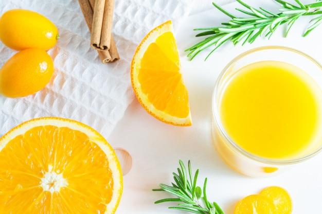 Освежающий летний цитрусовый напиток с апельсином, кумкватом и розмарином