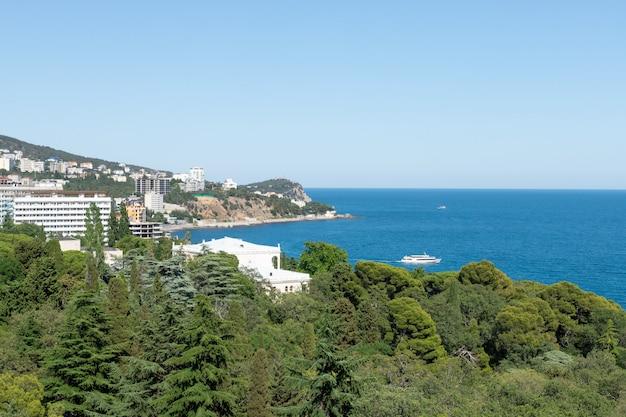 海の海岸の近くの街の美しい景色