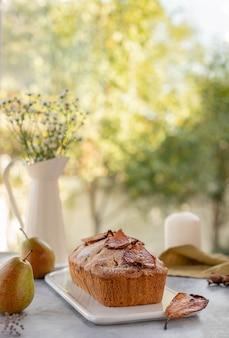 梨、ウィンドウ上のナッツとマフィンケーキ。