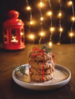 Здоровые овсяное печенье с сушеными ягодами. домашняя выпечка. праздничная рождественская атмосфера