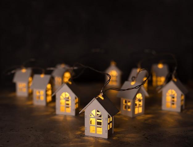 クリスマスライト、木造住宅の形のガーランド。