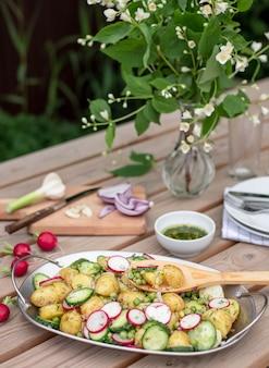 庭のテーブルの上のポテトサラダ