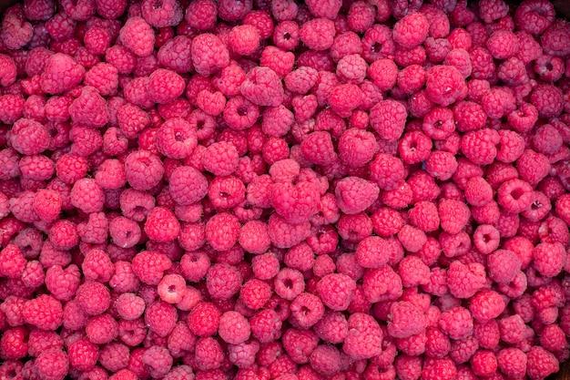 新鮮な熟した全体ラズベリー果実の背景