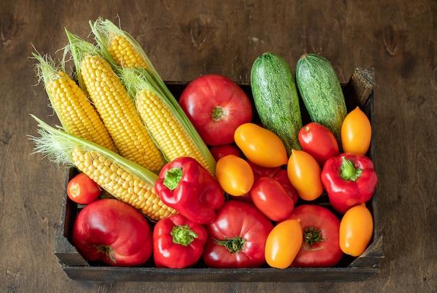 新鮮なカラフルな野菜の箱