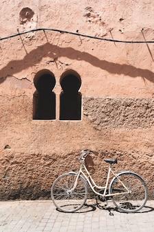 モロッコの古い壁にビンテージバイクの場所。