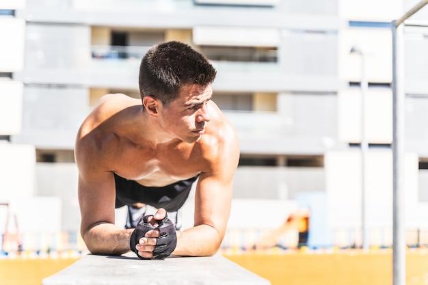 若い男が屋外でトレーニング。