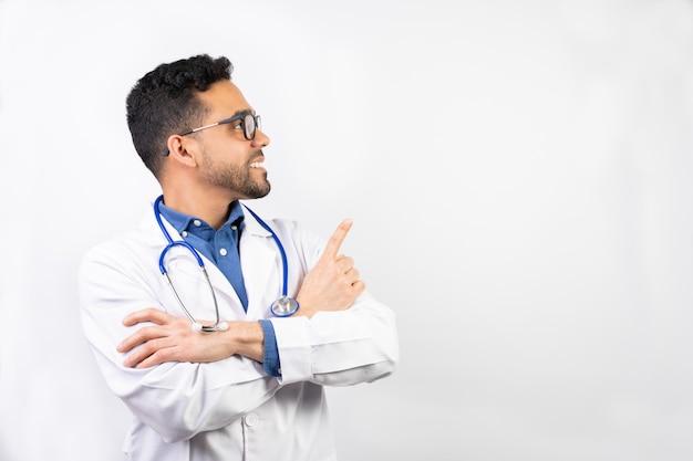 白い背景の上のラテンアメリカの若い医者。