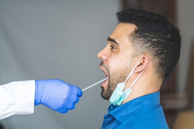 Делать тест на коронавирус для молодого человека из слюны.