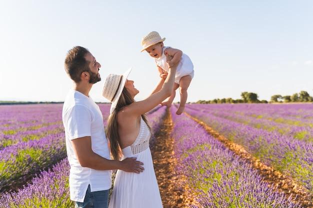 Счастливая семья весело в поле цветов.