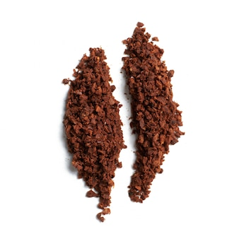 Абстрактное кофейное зерно от молоть на белой предпосылке.