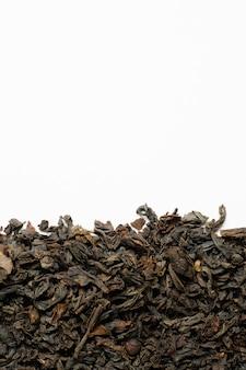白い背景に黒の乾燥茶。コピースペース。