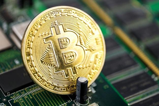 Монета биткойн на чипе.