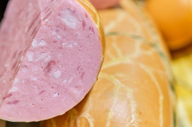 店のカウンターのカットのソーセージ肉。