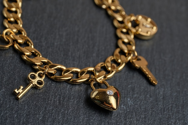Золотой браслет с ключами и сердцем