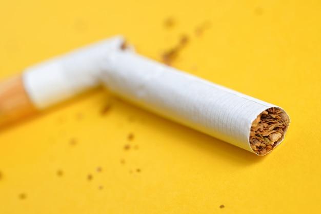 黄色の半分で壊れたタバコ