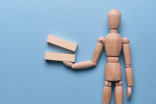 マネキンが保持する木製のブロック
