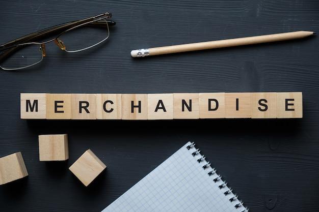 商品の単語と木製のブロックのトップビュー