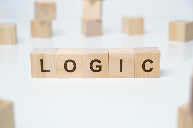 木製のブロックのロジックワード