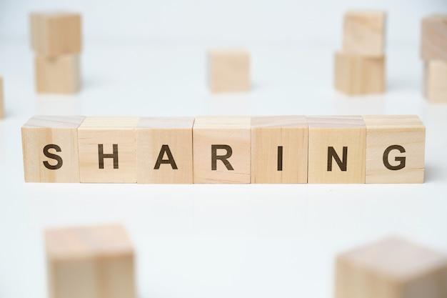 木製のブロックで言葉を共有する