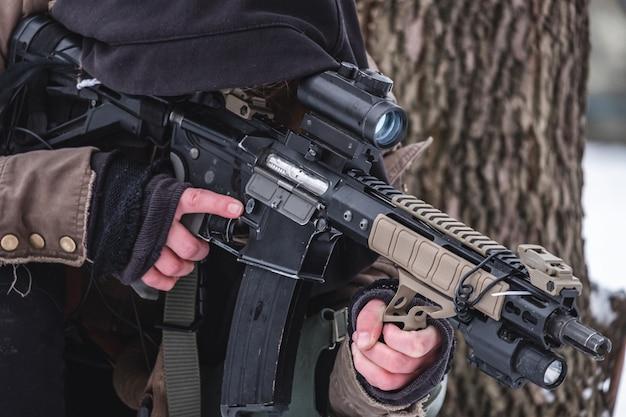 Военный в спецоперации держит винтовку и цели.
