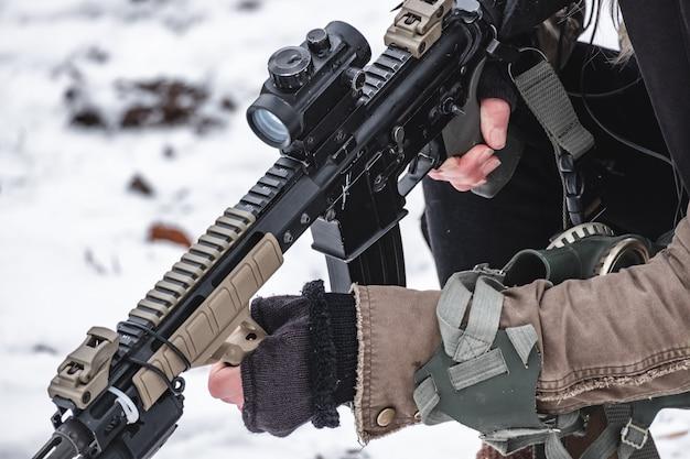 Военные в спецоперации держат винтовку с прицелом.