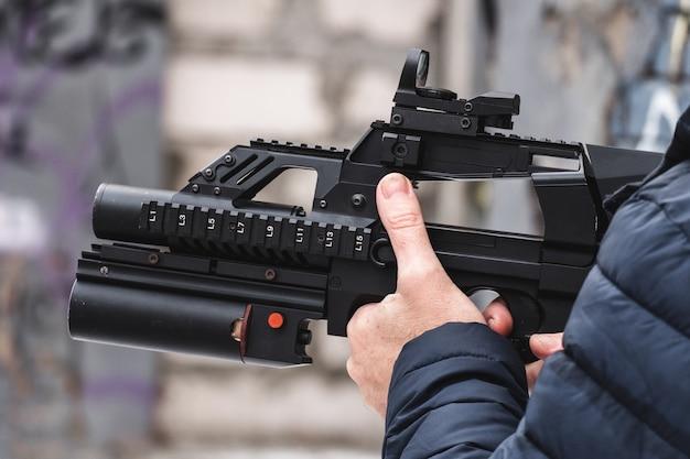 Наемный солдат со специальной миссией из современной винтовки с гранатометом под стволом.
