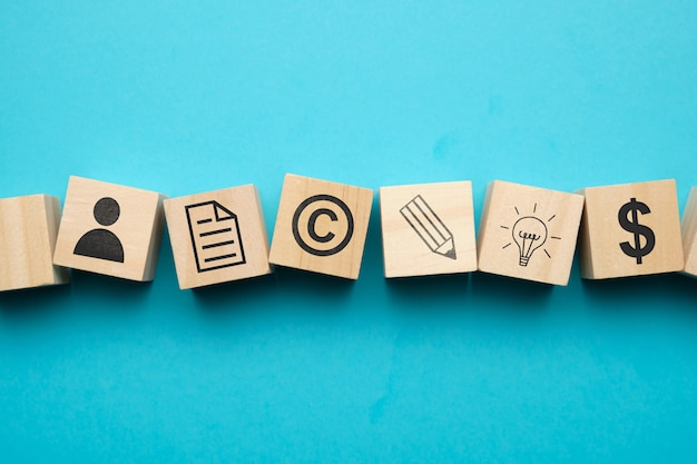 Концепция авторского права с иконами на деревянных блоков.