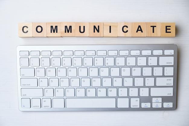 現代のビジネス流行語-コミュニケーション。ブロックと木製のテーブルの上から見る。上面図。
