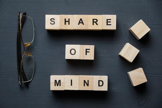 現代のビジネス流行語-心の共有。ブロックと木製のテーブルの上から見る。上面図。