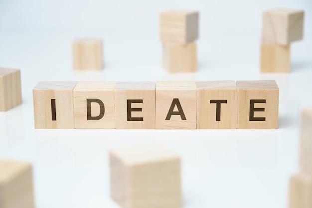 現代のビジネス流行語-アイデア。空白の木製のブロックの単語。