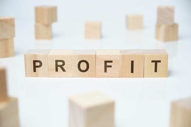 現代のビジネス流行語-利益。空白の木製のブロックの単語。