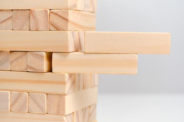 追加オプションを備えたビッグデートのコンセプト。ホワイトスペーススペースに木製のブロック。