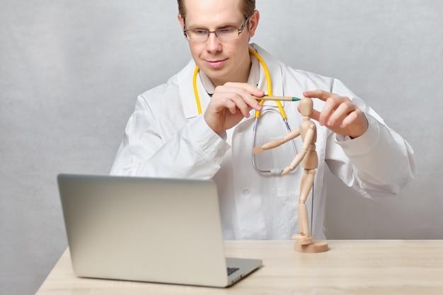 医師は、ラップトップを通じて頭痛の治療に関するオンラインレッスンを実施します。