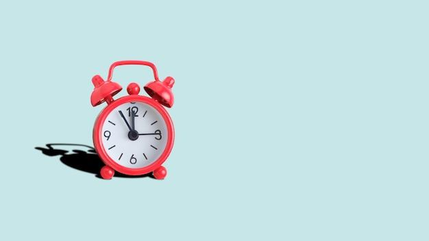 ターコイズの赤いアナログ時計