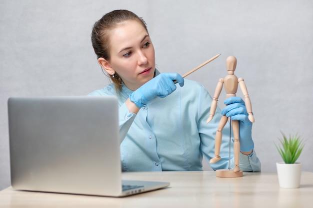 医者は頭痛に関する講義のオンライン放送を行っています。
